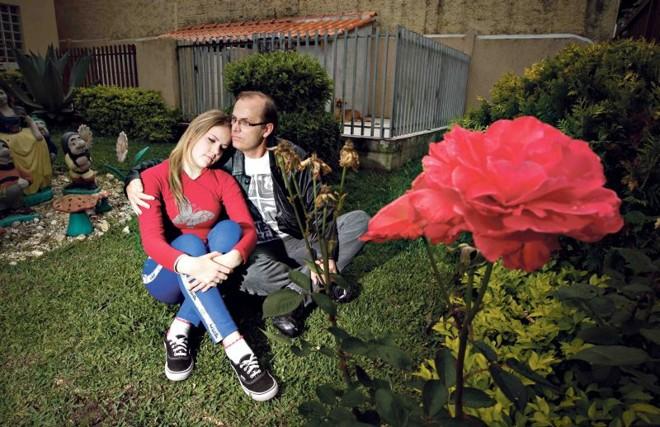 Bárbara com o pai, Gilson Weingartner: ação judicial para garantir tratamento quimioterápico | Daniel Castellano/ Gazeta do Povo