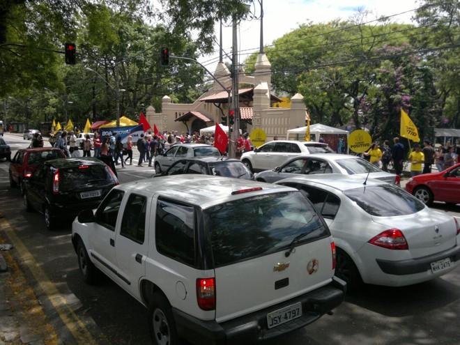 Agentes da Secretaria de Trânsito estão ajudando para que não haja congestionamento | Fernanda Trisotto / Gazeta do Povo