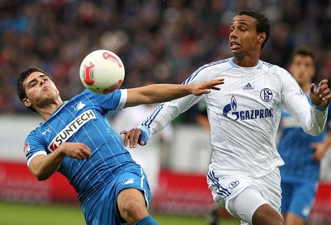Kevin Volland divide a bola com Joel Matip no empate em 1 a 1 entre Hoffenhein e Schalke 04 | AFP
