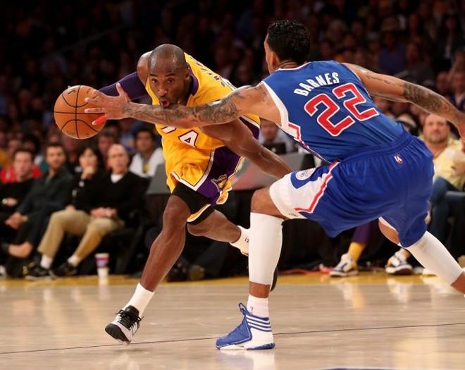 Kobe Bryant tenta passar pela marcação de Matt Barnes: diante do Clippers, Lakers perde a terceira seguida | AFP