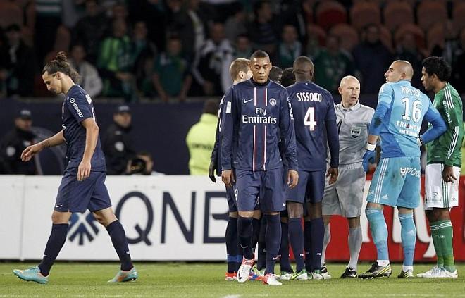 Ibrahimovic deixa o gramado após dar voadora no goleiro do Saint-Etiene | Reuters