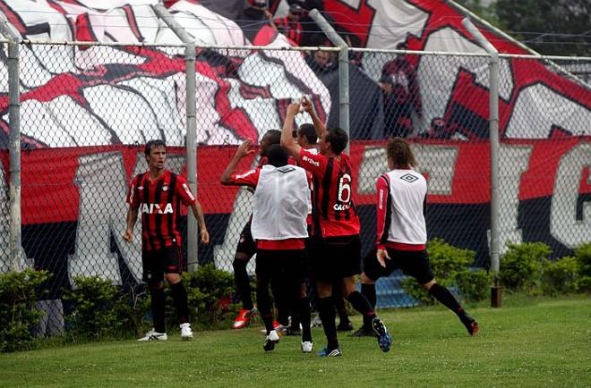 Jogadores comemoram com a torcida o segundo gol atleticano na vitória sobre o São Caetano: Furacão está mais perto do retorno à Série A | Alessandro Valle / ABCDgipress