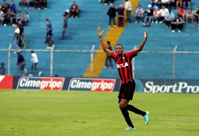 Marcão comemora o primeiro gol atleticano na vitória sobre o São Caetano   Alessandro Valle / ABCDgipress