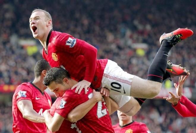 Rooney se joga sobre Van Persie para comemorar gol do holandês contra o Arsenal, seu ex-clube | EFE