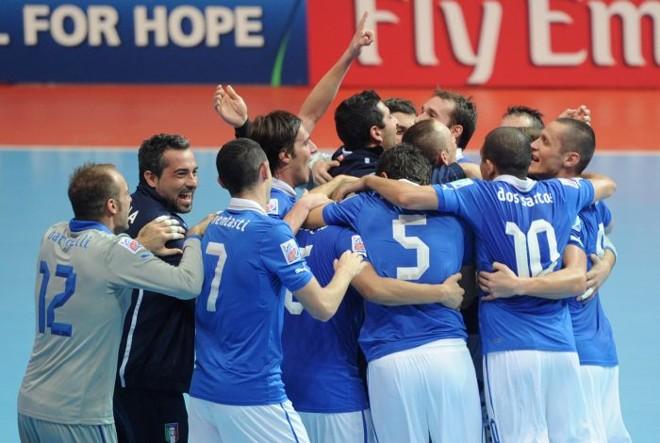 Seleção italiana comemora terceira colocação no Mundial de Futsal, ápós vitória contra Colômbia   AFP