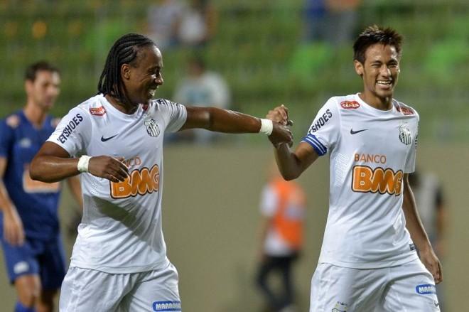 Neymar comemora ao lado de Arouca um de seus três gols na vitória do Santos sobre o Cruzeiro   Pedro Vilela / Agif / Folhapress