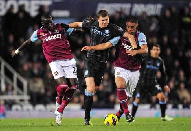 Dzeko tenta se livrar dos marcadores do West Ham. Manchester City tropeçou | AFP