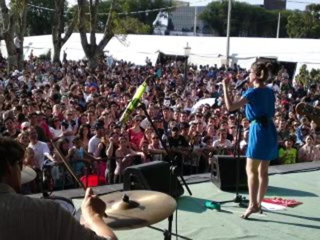 A vocalista Uyara Torrente anima o público que acompanha o show da Banda Mais Bonita da Cidade | Luigi Poniwass/Gazeta do Povo