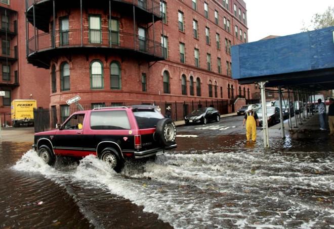 Sul de Manhattan ficou alagado após a passagem da tempestade Sandy. Energia é restabelecida aos poucos no local   Allison Joyce/Getty Images/AFP