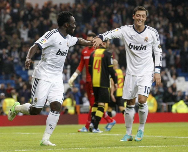 Essien comemora com Ozil o gol marcado pelo Real Madrid na vitória diante do Zaragoza   Reuters