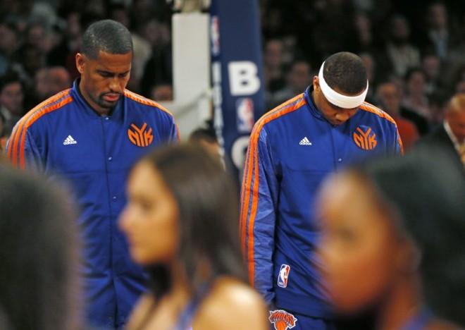Kurt Thomas e Carmelo Anthony prestam homenagem com um minuto de silêncio às vítimas da supertempestade Sandy antes da vitória dos Knicks diante do Heat | Reuters