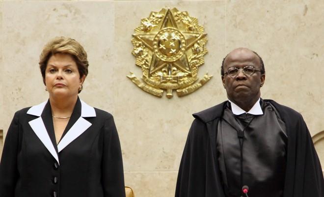 Ao lado da presidente Dilma Rousseff, o ministro Joaquim Barbosa, toma posse como presidente do Supremo Tribunal Federal  
