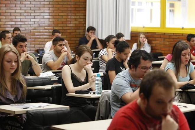 Ao todo, a correção das redações do Enem mobilizará um contingente de 5.683 corretores, 229 supervisores, 12 coordenadores e 462 auxiliares de supervisão | Marcelo Elias / Gazeta do Povo