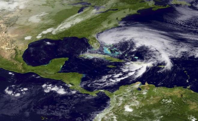 Imagem da Administração Atmosférica e Oceânica Nacional mostra o furacão Sandy na costa da Flórida no último dia 26 | The New York Times