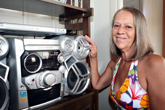 A dona de casa Dulcinea: a luz dos aparelhos em stand by incomoda, assim como uma conta de energia alta | Henry Milleo/ Gazeta do Povo