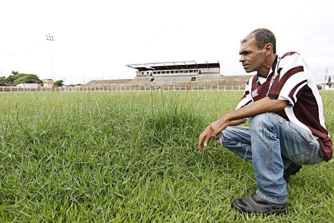 O zelador Cidão sofre para manter em ordem o Comendador Meneghel, estádio que padece com o vandalismo e a falta de futebol | Albari Rosa/ Gazeta do Povo