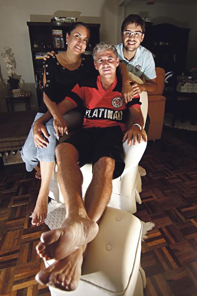 Claudinho, ex-jogador da Platinense, com a esposa e filho | Albari Rosa/ Gazata do Povo