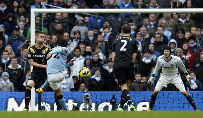 Carlos Tevez, do Manchester City, chuta ao gol na partida contra o Chelsea, pelo Campeonato Inglês | REUTERS/Phil Noble