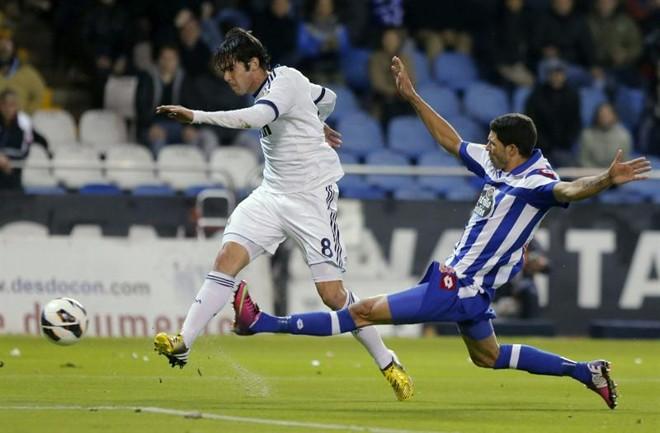 O brasileiro Kaka, do Real Madrid, escapa de falta do jogador do Desportivo La Coruña | EFE/Lavandeira Jr