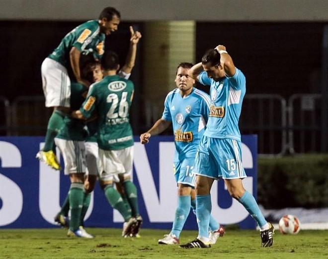 Palmeirenses comemoram gol do zagueiro Henrique na vitória sobre o Sporting Cristal   EFE