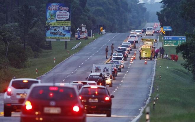 A quantidade de acidentes nas rodovias estaduais do Paraná caiu de 203 em 2012 para 165 neste ano: fiscalização mais rígida | Daniel Castellano/ Gazeta do Povo
