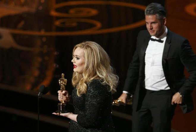 Cantora Adele and Paul Epworth recebem os Oscar de melhor canção original por Skyfall, do filme 007 - Operação Skyfall | REUTERS/Mario Anzuoni