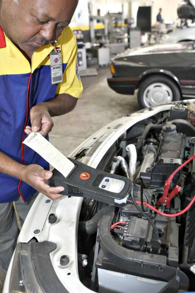 Verificar a bateria de veículos que ficaram muito tempo parados é importante | Aniele Nascimento/Gazeta do Povo