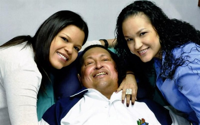 Chavez foi fotografado ao lado das filhas. Ele está em Cuba e se recupera de uma cirurgia | EFE/PRENSA DE MIRAFLORES