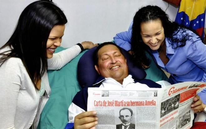 Nas imagens, é possível ver Chávez sorridente e com a cara ligeiramente inchada | EFE/PRENSA DE MIRAFLORES