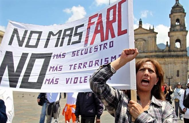 Dezenas de manifestantes se reuniram em Bogotá para protestar contra os sequestros realizados pelas Farc | EFE/LEONARDO MUÑOZ