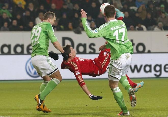 Mandzukic marcou de bicicleta um dos gols da vitória do Bayern sobre o Wolfsburg | Reuters