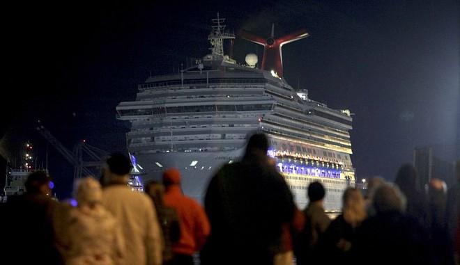 Finalmente os passageiros do navio Carnival Triumph, que é da mesma empresa do Costa Concórdia, que naufragou na Itália, puderam desembarcar após um incêndio na casa de máquinas do navio no domingo (10) | REUTERS/ Lyle Ratliff
