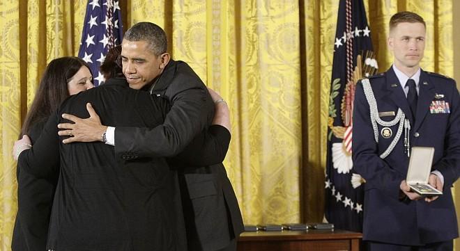 Obama abraça parente de uma das vítimas do massacre na escola Sandy Hook, em Connecticut, que receberam uma homenagem póstuma do governo norte-americano | REUTERS/Jonathan Ernst