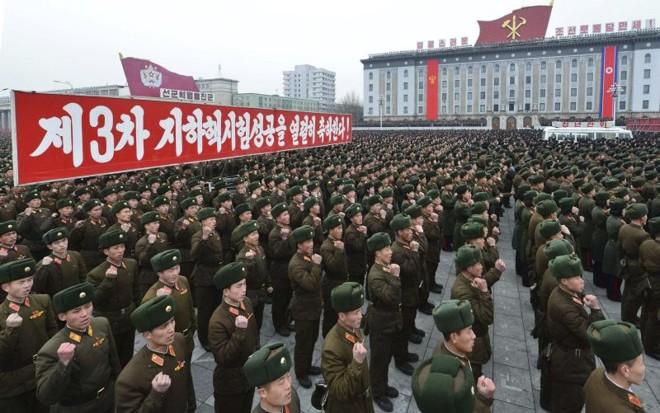 Soldados norte-coreanos celebram o terceiro teste nuclear na praça Kim Il-sung, em Pyongyang | KCNA/Reuters