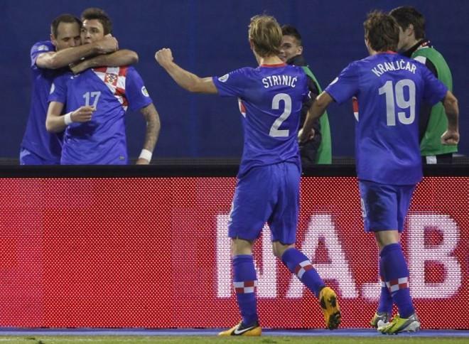 Jogadores croatas comemoram o gol de Mandzukic (17) que abriu o placar na partida contra a Sérvia   Antonio Bronic / Reuters