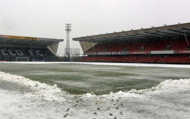 A neve tomou conta do gramado do Estádio Windsor Park, em Belfast, nesta sexta-feira   Cathal McNaughton / Reuters