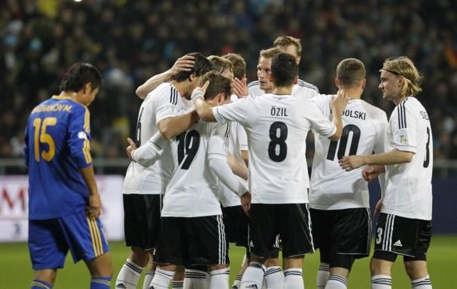 Jogadores alemães comemoram gol sobre o Cazaquistão nesta sexta-feira em Astana   Shamil Zhumatov / Reuters