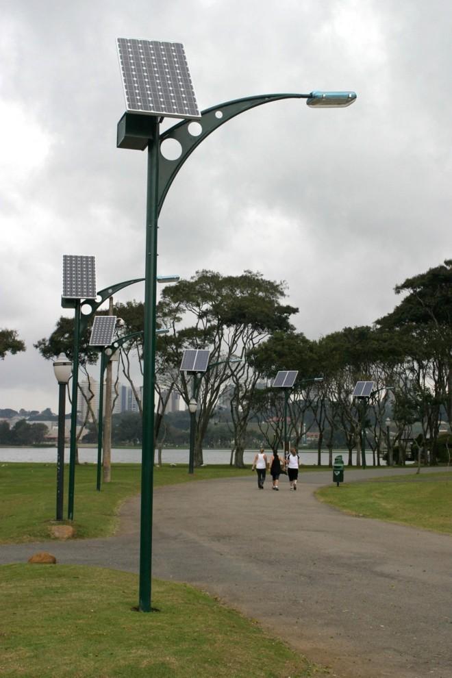 Postes públicos solares no Parque Barigui, em Curitiba: Brasil quer ser autossustentável em energia do sol   Valdecir Galor/SMCS
