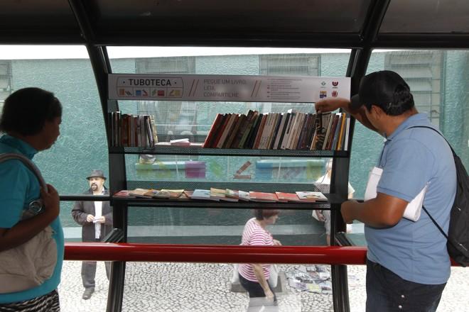 Enquanto esperam o ônibus, usuários podem retirar gratuitamente as obras literárias  