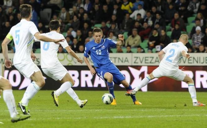 O camisa 10 da Islândia, Sigurdsson, fez os dois gols da virada fora de casa sobre a Eslovênia | Srdjan Zivulovic / Reuters