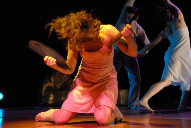 Os bailarinos dançam em grupo e individualmente no espetáculo   Divulgação