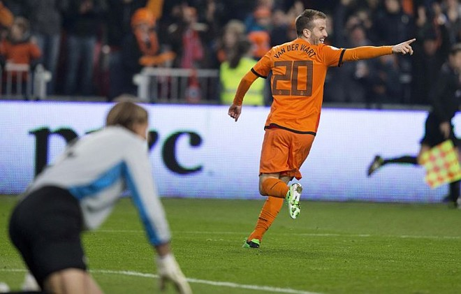 Van der Vaart abriu o placar para a Holanda na vitória sobre a Estônia | Michael Kooren / Reuters