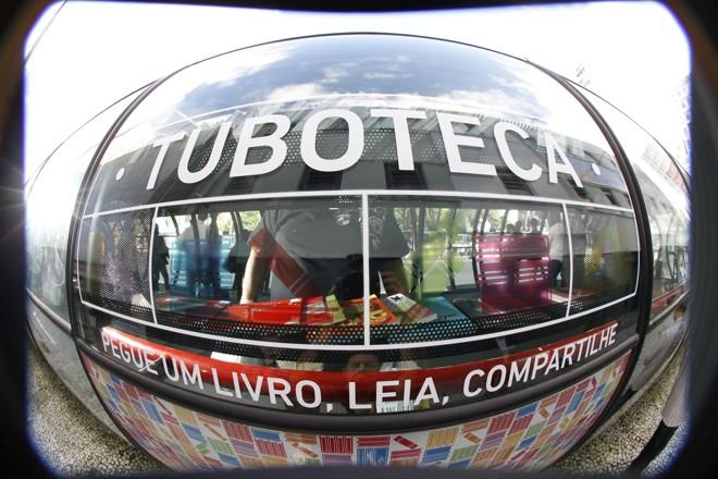 Estações que contêm a Tuboteca são identificas pelo adesivo do projeto  