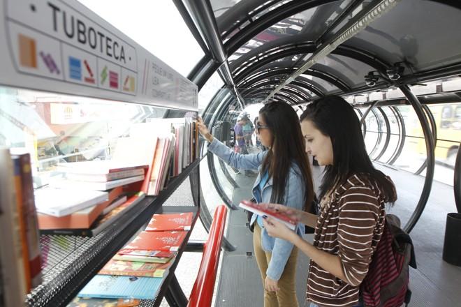 Livros ficam à disposição dos usuários do transporte coletivo   Daniel Castellano/ Agência de Notícias Gazeta do Povo