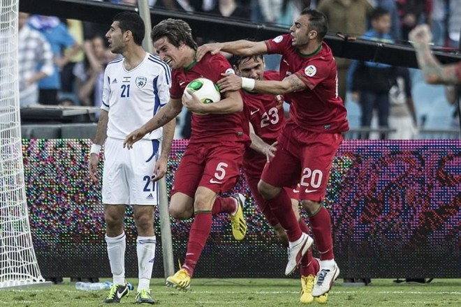 Português Fábio Coentrão leva a bola ao meio de campo após empatar nos acréscimos o duelo desta sexta-feira com Israel   Oliver Weiken / EFE