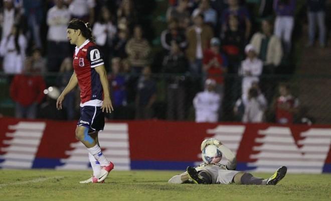 O paranista JJ Morales se afasta do goleiro Sílvio, do Operário, que fica no chão após uma defesa | Hugo Harada/ Gazeta do Povo