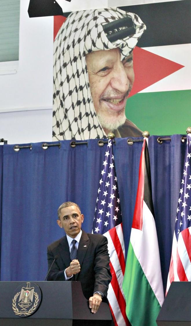 Obama discursa na Cisjordânia, com foto do líder palestino Yasser Arafat ao fundo | Jason Reed/Reuters