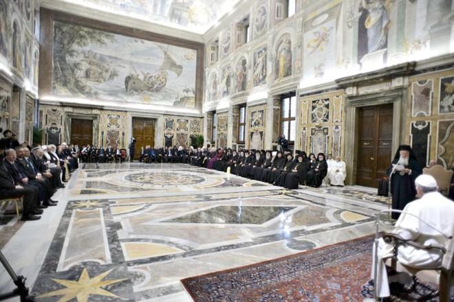 Papa Francisco com líderes religiosos na quarta-feira, quando pediu união aos membros de todas as religiões para defender a paz | L´Osservatore Romano/Reuters