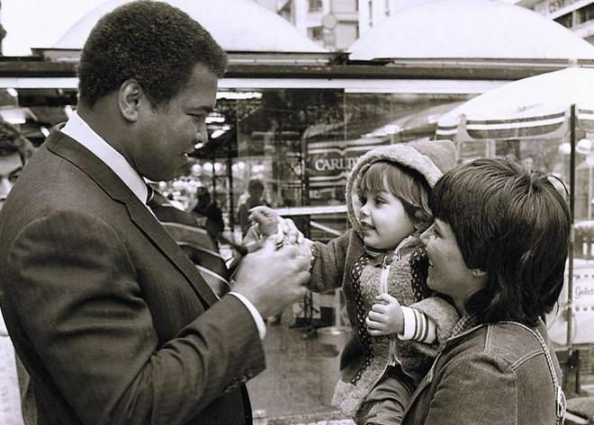 Muhammad Ali durante passeio pela Rua XV em 1987: curitibanos não acreditavam na visita | João Bruschz/ Gazeta do Povo