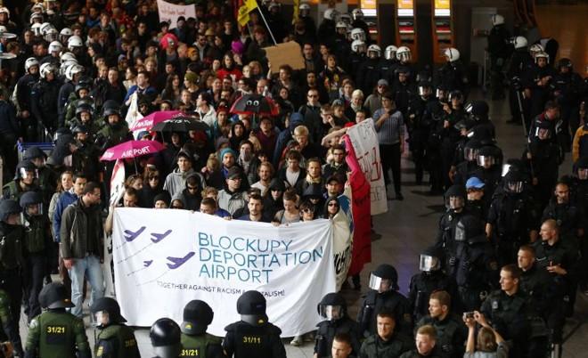 Policiais alemães cercam os manifestantes no aeroporto de Frankfurt durante uma demonstração do movimento Blockupy anti-capitalismo | REUTERS/Kai Pfaffenbach